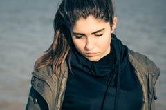 Υπαίθριο πορτρέτο ενός στοχαστικού έφηβη Στοκ φωτογραφία με δικαίωμα ελεύθερης χρήσης