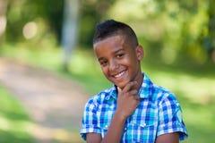 Υπαίθριο πορτρέτο ενός χαριτωμένου εφηβικού μαύρου αγοριού - αφρικανικοί λαοί Στοκ Φωτογραφία