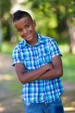 Υπαίθριο πορτρέτο ενός χαριτωμένου εφηβικού μαύρου αγοριού - αφρικανικοί λαοί Στοκ φωτογραφία με δικαίωμα ελεύθερης χρήσης