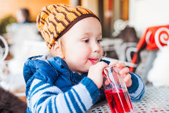 Υπαίθριο πορτρέτο ενός χαριτωμένου μικρού παιδιού Στοκ εικόνα με δικαίωμα ελεύθερης χρήσης