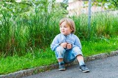 Υπαίθριο πορτρέτο ενός χαριτωμένου μικρού παιδιού Στοκ Εικόνες