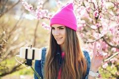 Υπαίθριο πορτρέτο θερινού τρόπου ζωής της αρκετά νέας γυναίκας που έχει τη διασκέδαση στην πόλη Στοκ Εικόνα