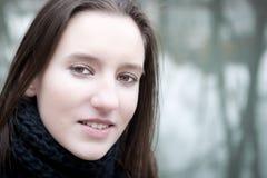 Υπαίθριο πορτρέτο κινηματογραφήσεων σε πρώτο πλάνο μιας αρκετά νέας γυναίκας Στοκ φωτογραφία με δικαίωμα ελεύθερης χρήσης