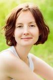 Υπαίθριο πορτρέτο κινηματογραφήσεων σε πρώτο πλάνο της νέας γυναίκας με τη σγουρή τρίχα Στοκ εικόνα με δικαίωμα ελεύθερης χρήσης