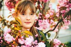 Υπαίθριο πορτρέτο μόδας του αστείου χρονών κοριτσιού 9-10 Στοκ Εικόνα