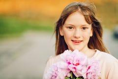 Υπαίθριο πορτρέτο μόδας του αστείου χρονών κοριτσιού 9-10 Στοκ φωτογραφίες με δικαίωμα ελεύθερης χρήσης