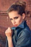 Υπαίθριο πορτρέτο μόδας ενός όμορφου νέου κοριτσιού Στοκ εικόνα με δικαίωμα ελεύθερης χρήσης