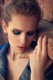 Υπαίθριο πορτρέτο μόδας ενός όμορφου νέου κοριτσιού Στοκ Εικόνες