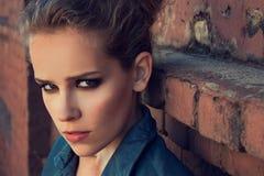 Υπαίθριο πορτρέτο μόδας ενός όμορφου νέου κοριτσιού Στοκ φωτογραφία με δικαίωμα ελεύθερης χρήσης