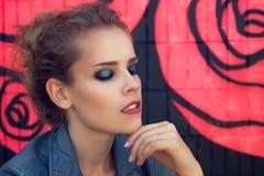 Υπαίθριο πορτρέτο μόδας μιας όμορφης νεολαίας Στοκ φωτογραφίες με δικαίωμα ελεύθερης χρήσης