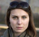 Υπαίθριο πορτρέτο της αρκετά νέας γυναίκας Στοκ φωτογραφία με δικαίωμα ελεύθερης χρήσης