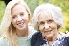 Υπαίθριο πορτρέτο της γιαγιάς και της εγγονής Στοκ Εικόνες