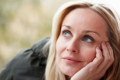 Υπαίθριο πορτρέτο της γυναίκας που φορά τα χειμερινά ενδύματα Στοκ εικόνες με δικαίωμα ελεύθερης χρήσης