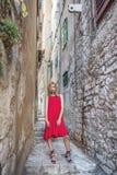 Υπαίθριο πορτρέτο της γυναίκας στο μοντέρνο φόρεμα αστικές νεολαίες γυναικών τρόπου ζωής πόλεων ομορφιάς ανασκόπησης Στοκ Εικόνες