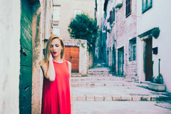 Υπαίθριο πορτρέτο της γυναίκας στο μοντέρνο φόρεμα αστικές νεολαίες γυναικών τρόπου ζωής πόλεων ομορφιάς ανασκόπησης Στοκ Φωτογραφίες