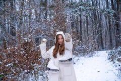 Υπαίθριο πορτρέτο της νέας αρκετά όμορφης γυναίκας στον κρύο ηλιόλουστο χειμερινό καιρό στο πάρκο γυναίκες στο βουνό στοκ φωτογραφία