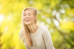 Υπαίθριο πορτρέτο της νέας ευτυχούς χαμογελώντας γυναίκας στοκ εικόνες