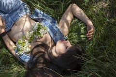 Υπαίθριο πορτρέτο της προκλητικής γυναίκας στοκ εικόνες