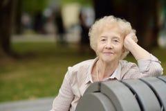 Υπαίθριο πορτρέτο της όμορφης ανώτερης γυναίκας με τη σγουρή άσπρη τρίχα Στοκ Εικόνα