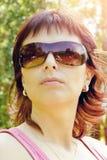 Υπαίθριο πορτρέτο της όμορφης γυναίκας με την αντανάκλαση στα γυαλιά ηλίου Στοκ φωτογραφίες με δικαίωμα ελεύθερης χρήσης
