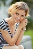 Υπαίθριο πορτρέτο της όμορφης ξανθής νέας γυναίκας Στοκ φωτογραφία με δικαίωμα ελεύθερης χρήσης