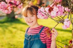 Υπαίθριο πορτρέτο του αστείου χρονών κοριτσιού 9-10 Στοκ φωτογραφία με δικαίωμα ελεύθερης χρήσης
