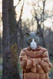 Υπαίθριο πορτρέτο του ατόμου που φορά το κοστούμι γατών στοκ φωτογραφία με δικαίωμα ελεύθερης χρήσης