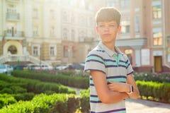 Υπαίθριο πορτρέτο του εφήβου 13, 14 χρονών, αγόρι με τα διασχισμένα όπλα, αστικό υπόβαθρο Στοκ εικόνα με δικαίωμα ελεύθερης χρήσης