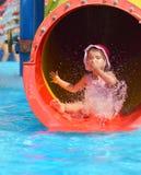 Υπαίθριο πορτρέτο του νέου χαμογελώντας παιδιού που έχει τη διασκέδαση στο aquapark Στοκ Φωτογραφία