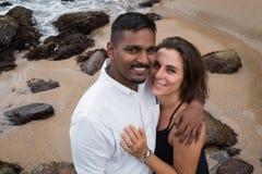 Υπαίθριο πορτρέτο του ρομαντικού νέου ζεύγους στην αμμώδη παραλία Στοκ Εικόνες