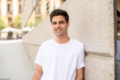 Υπαίθριο πορτρέτο του σύγχρονου ελκυστικού νεαρού άνδρα στην πόλη ανασκόπηση αστική στοκ εικόνες