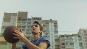 Υπαίθριο πορτρέτο του φορέα streetball που παίρνει τον πυροβολισμό απόθεμα βίντεο