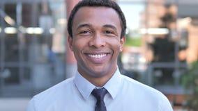 Υπαίθριο πορτρέτο του χαμογελώντας αφρικανικού επιχειρηματία φιλμ μικρού μήκους