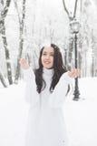 Υπαίθριο πορτρέτο του χαριτωμένου άσπρου θερμού πουλόβερ κοριτσιών Στοκ φωτογραφίες με δικαίωμα ελεύθερης χρήσης