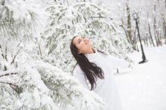 Υπαίθριο πορτρέτο του χαριτωμένου άσπρου θερμού πουλόβερ κοριτσιών Στοκ Εικόνες