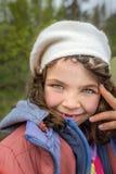 Υπαίθριο πορτρέτο του χαριτωμένου χαμογελώντας νέου κοριτσιού με τα δόντια χάσματος Στοκ εικόνες με δικαίωμα ελεύθερης χρήσης