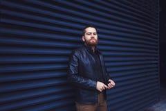 Υπαίθριο πορτρέτο του όμορφου ατόμου hipster Στοκ Εικόνες