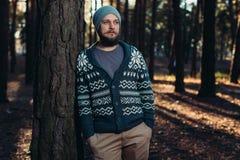 Υπαίθριο πορτρέτο του όμορφου γενειοφόρου ατόμου Περιστασιακό πορτρέτο μόδας φθινοπώρου στοκ εικόνες με δικαίωμα ελεύθερης χρήσης