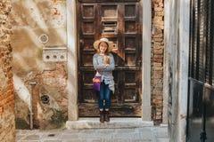 Υπαίθριο πορτρέτο του όμορφου κοριτσιού παιδιών Στοκ Φωτογραφίες