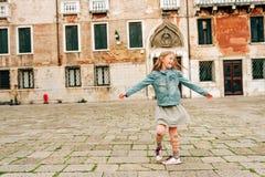 Υπαίθριο πορτρέτο του όμορφου κοριτσιού παιδιών Στοκ φωτογραφία με δικαίωμα ελεύθερης χρήσης