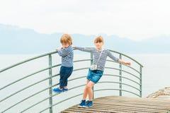 Υπαίθριο πορτρέτο των λατρευτών παιδιών Στοκ φωτογραφία με δικαίωμα ελεύθερης χρήσης