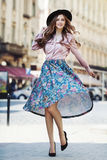 Υπαίθριο πλήρες πορτρέτο σωμάτων της νέας όμορφης μοντέρνης ευτυχούς γυναικείας τοποθέτησης στην οδό Πρότυπο φορώντας μοντέρνο κα Στοκ Εικόνα