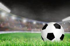 Υπαίθριο στάδιο ποδοσφαίρου με το ποδόσφαιρο στο διάστημα χλόης και αντιγράφων Στοκ Φωτογραφίες