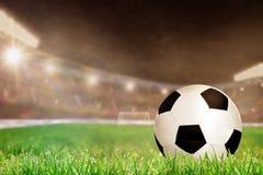Υπαίθριο στάδιο ποδοσφαίρου με το ποδόσφαιρο στο διάστημα χλόης και αντιγράφων Στοκ Εικόνες