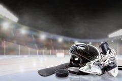 Υπαίθριο στάδιο χόκεϋ με τον εξοπλισμό στον πάγο Στοκ εικόνα με δικαίωμα ελεύθερης χρήσης
