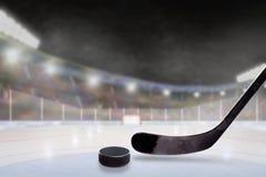 Υπαίθριο στάδιο χόκεϋ με το ραβδί και σφαίρα στον πάγο Στοκ εικόνες με δικαίωμα ελεύθερης χρήσης