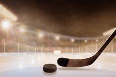 Υπαίθριο στάδιο χόκεϋ με το ραβδί και σφαίρα στον πάγο Στοκ Φωτογραφία
