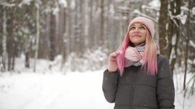 Υπαίθριο στενό επάνω πορτρέτο του νέου όμορφου ευτυχούς χαμογελώντας κοριτσιού που φορά το άσπρα πλεκτά beanie καπέλο, το μαντίλι απόθεμα βίντεο