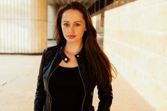 Υπαίθριο στενό επάνω πορτρέτο του νέου όμορφου κοριτσιού brunette, κανένα makeup Στοκ εικόνα με δικαίωμα ελεύθερης χρήσης