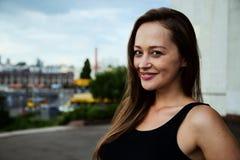 Υπαίθριο στενό επάνω πορτρέτο του νέου όμορφου κοριτσιού brunette, κανένα makeup Στοκ Εικόνα
